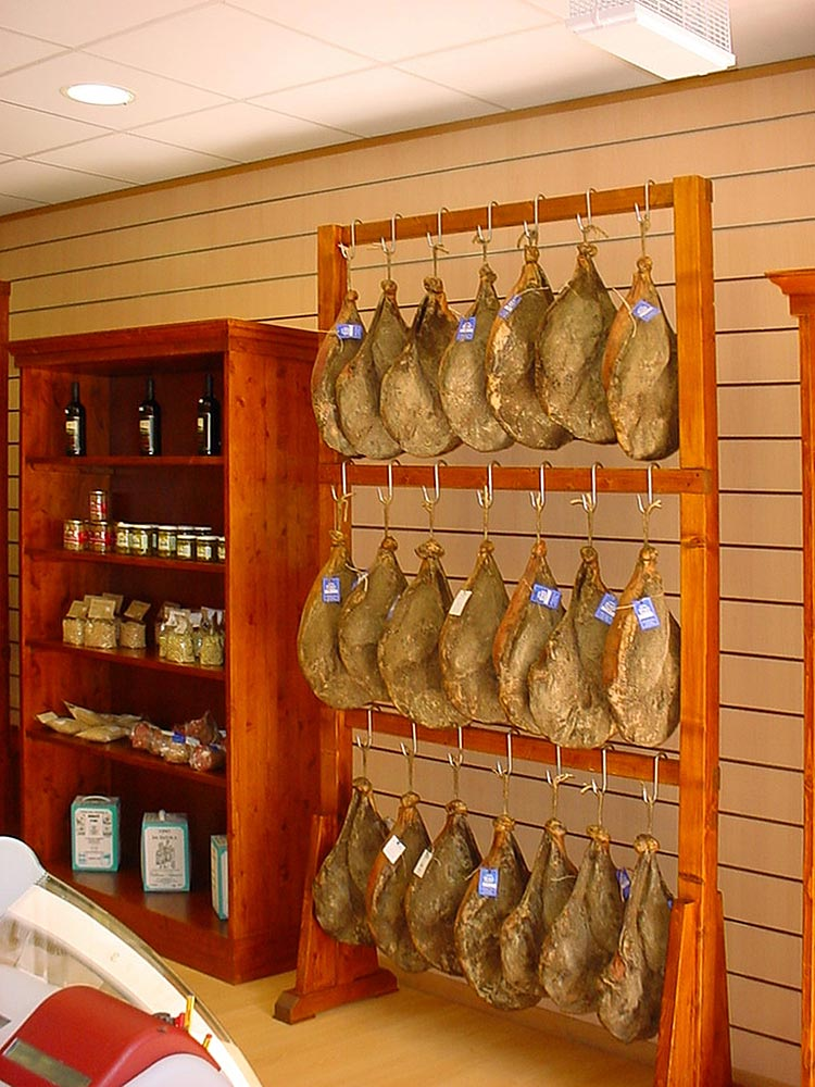 Arredamenti particolari su misura omif siena for Scaffali legno arredamento