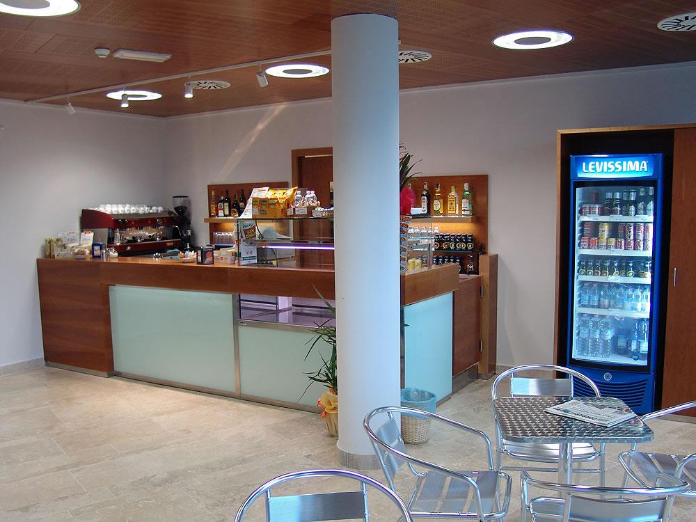Banconi bar moderni bancone bar usato with banconi bar for Arredamento moderno bar