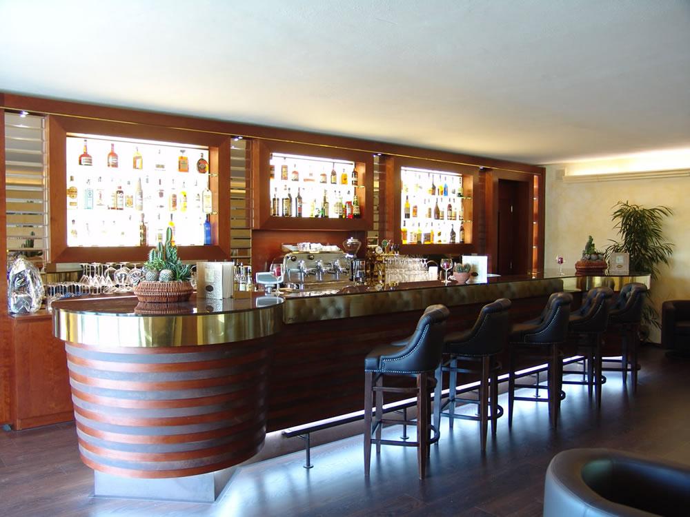 Arredamenti bar pasticcerie ristoranti alberghi omif siena for Arredamento pizzeria moderno