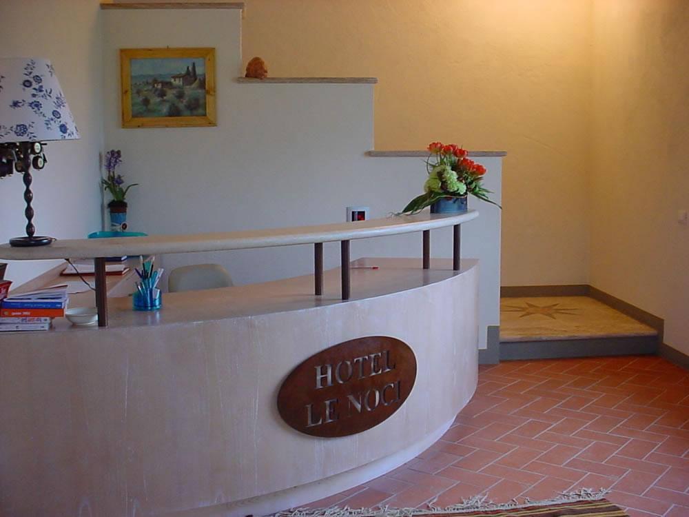 Arredamento alberghi hotel reception omif siena for Arredi per alberghi e hotel